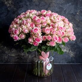 красивый букет розовых роз